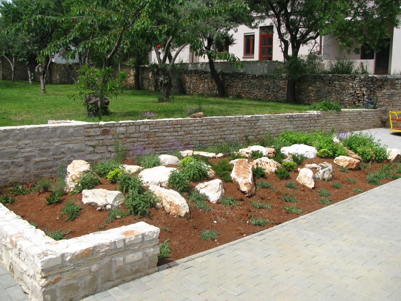 Kamenjak u dvorištu depadanse